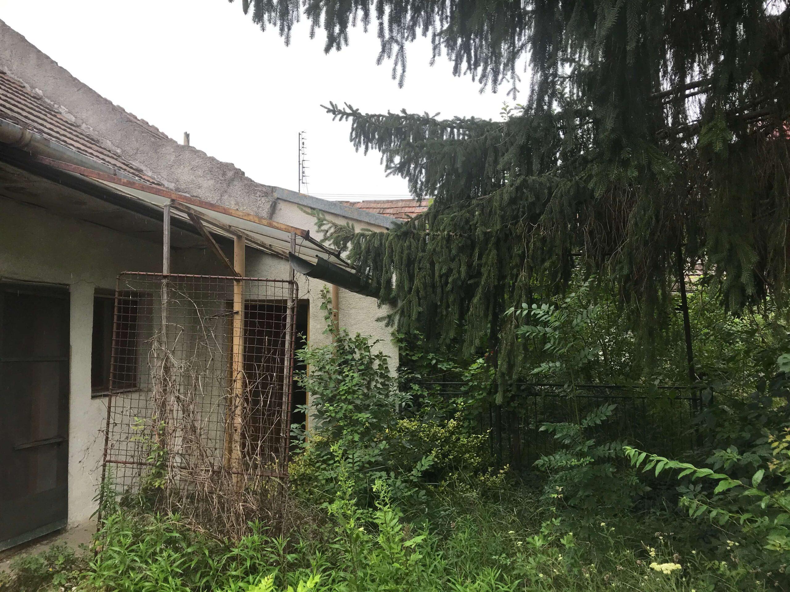 Priestranný pozemok so starým Rodinným domom priamo v centre obce