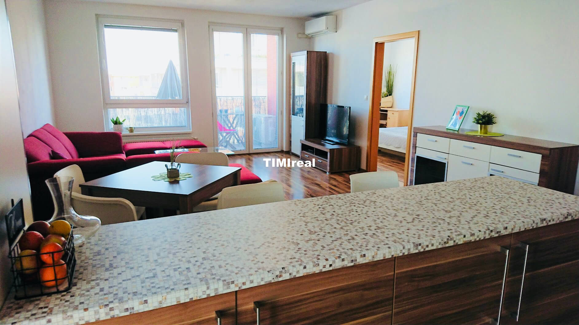 Na prenájom klimatizovaný 2 izb. byt s balkónom a parkovacím státím