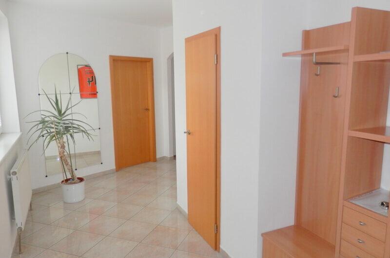 Prenájom veľkého 2-izb. bytu s 2 loggiami a park. miestom RUŽINOV